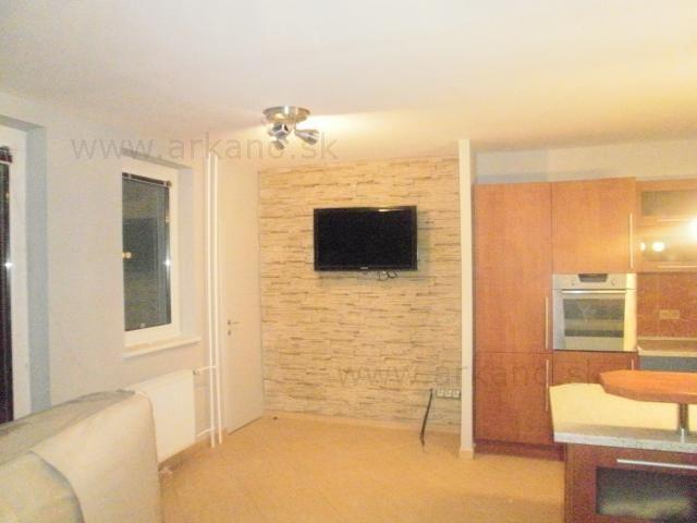 rekonštrukcia bytu - stierkovanie, maliarske práce, montáž zariadení, kamenný obklad za televízorom, dlažby, podlahy