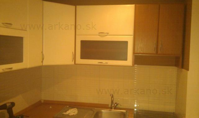 rekonštrukcia kuchyne - maliarske práce, znížený strop, obklady pod kuchynskou linkou